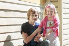 Draußen Porträt von Geschwisterkindern am Licht Lizenzfreies Stockfoto