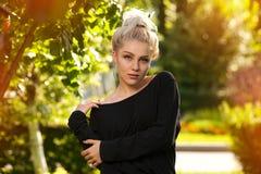Draußen Porträt von schönen Blondinen Stockbilder