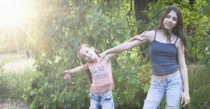 Draußen Porträt von schönen kleinen Schwestern Stockfotografie