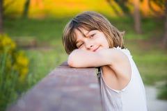 Draußen Porträtkinderlächeln Stockbild