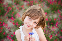 Draußen Porträtkinderlächeln Stockbilder