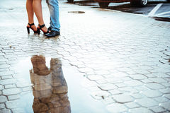 Draußen reflektiert in einer Straße der Pfützenpaare lizenzfreies stockfoto