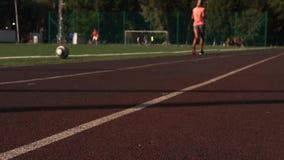 Draußen Tätigkeit auf sportsground, Sommertag stock video