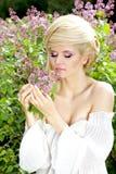 Draußen zarte blonde Frau mit Frisur Stockbild