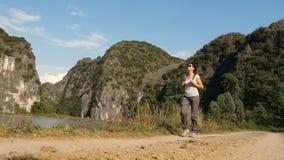 Draußen wandern auf Natur stock video footage