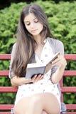 Draußen lesen Stockfoto