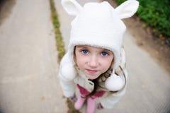 Draußen Portrait eines Kindmädchens im warmen Hut Lizenzfreies Stockfoto