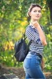 Draußen Porträt des schönen jungen Mädchens Lizenzfreie Stockfotos