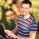 Draußen Porträtmänner mit Laptop Stockfotos