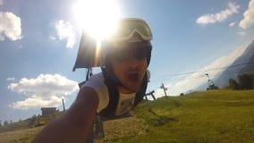 Draufgängerkerl absteigendes zipline, sein Abenteuer auf Aktionskamera filmend stock footage