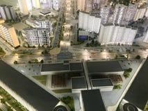 Draufsicht über den Spielzeugplan der Stadt mit Wohnnachbarschaften, Laternen, Straßen, Landstraßen, Häusern, Gebäuden und Parken stockbild