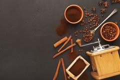 Draufsicht über alte Kaffeemühle, zerstreute Bohnen und Gewürze, Hintergrund mit Kopienraum Lizenzfreie Stockbilder