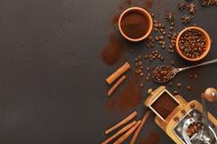 Draufsicht über alte Kaffeemühle, zerstreute Bohnen und Gewürze, Hintergrund mit Kopienraum Stockfotografie