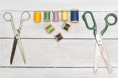 Draufsicht über alte Scheren, Baumwolle auf hölzernem Schreibtisch Stockbild