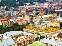 Draufsicht über bunte Häuser von Lvov in Ukraine, Sommertag Lizenzfreie Stockfotos