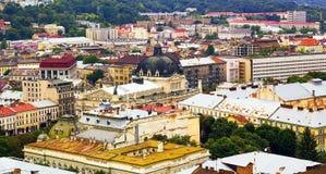 Draufsicht über bunte Häuser von Lvov in Ukraine, Sommertag Lizenzfreie Stockbilder