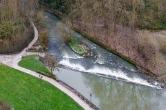 Draufsicht über den Alzette-Fluss, der entlang durch den Park in Luxemburg-Stadt am kalten regnerischen Tag läuft Lizenzfreies Stockbild