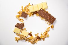 Draufsicht über den Kreis gemacht von Granola muesli mit Trockenfrüchten Weiße braune gehackte Schokoriegel im Kreis Gesund und a lizenzfreie stockbilder
