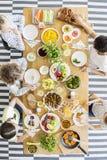 Draufsicht über die Kinder, die Abendessen essen lizenzfreies stockfoto