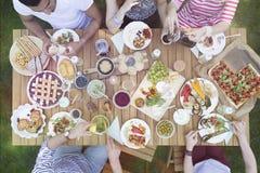 Draufsicht über die Leute, die Lebensmittel während der Grillpartei im Garten essen stockbild
