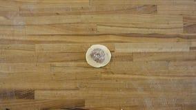 Draufsicht über die männlichen Hände, die Mehlklöße machen, Mann macht Teig und Fleisch von den Mehlklößen Zu Hause kochend, mach stockfoto