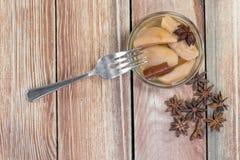 Draufsicht über ein Birnen-Kompott auf Holztisch mit Stern-Anis u. Cin stockfotos