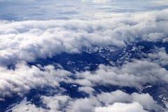 Draufsicht über Felder und Hügel im Nebel Stockfotografie