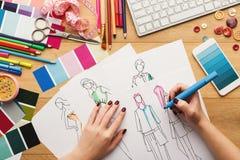 Draufsicht über Frauendesignerzeichnung kleidet Skizzen lizenzfreie stockfotos