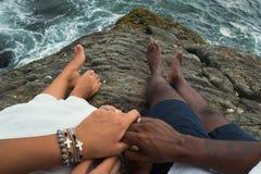 Draufsicht über Hände des gerade verheirateten Paars Kein Gesicht Stockbild