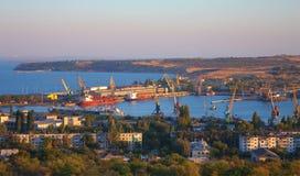 Draufsicht über industriellem Kanal von Kerch, Ukraine Stockbild