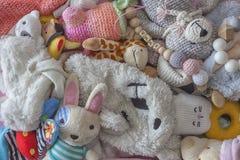 Draufsicht über Kinderspielwaren, bunte Puppen und woolen Spielwaren auf Hintergrund Lizenzfreie Stockfotografie