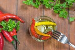 Draufsicht über konservierte in Essig eingelegte Paprika-Pfeffer in der Glasschüssel mit lizenzfreies stockfoto
