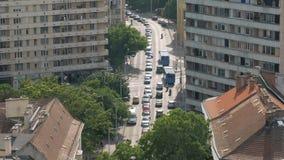 Draufsicht über Kreuzungsautoverkehr in der Stadt am sonnigen Tag, Autos bewegen sich stock footage