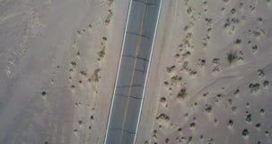 Draufsicht über Landstraße in Death Valley in USA stock footage