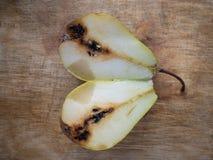 Draufsicht über organische Birne schnitt auseinander stockbild