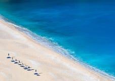 Draufsicht über schönen Myrtos-Strand mit Türkiswasser auf der Insel von Kefalonia im ionischen Meer in Griechenland stockfotografie