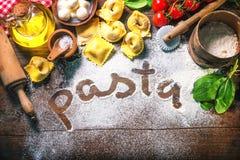 Draufsicht über selbst gemachte Teigwarenravioli auf altem Holztisch stockfotografie