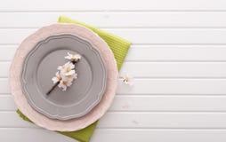 Draufsicht über Tabelle mit Platten Lizenzfreies Stockbild