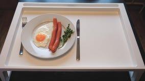 Draufsicht über Tabelle setzte Frühstück von durcheinandergemischten Eiern mit Würsten, Saft, Frucht stock video footage