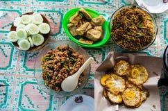Draufsicht über verschiedene Teller des indonesischen Lebensmittels Stockbild