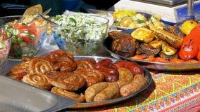 Draufsicht über verschiedene Würste, Gemüse, bulgarischen Pfeffer und anderes Lebensmittel kochte auf dem Grill stock footage