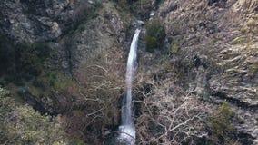 Draufsicht über Wasserfall zwischen Bergen, Luftschießen stock video