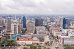Draufsicht über zentrales Geschäftsgebiet von Nairobi von Kenyatta International Conference Centre-Hubschrauber-Landeplatz Stockbilder
