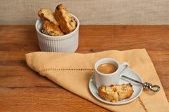 Draufsicht, Abschluss oben von selbst gemachtem, backte frisch, Aprikosenwalnuß biscotti und Schale Espresso Lizenzfreie Stockfotografie