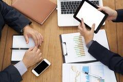 Draufsicht als Geschäftsmannsitzung im Büro lizenzfreie stockfotos