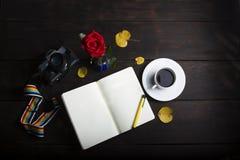 Draufsicht-Anmerkungsbuch der Fotografie und Schalenkaffee auf hölzernem Hintergrund Lizenzfreies Stockfoto