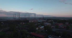 Draufsicht, ANTENNE: Landstraße und Industrieanlage Luftverschmutzung von den Industrieanlagen Rohre, die Rauch im Himmel an werf stock video
