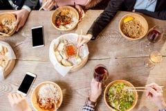Draufsicht auf dem Tisch voll von asiatischen Mahlzeiten lizenzfreie stockfotografie