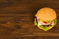 Draufsicht bbq-Hamburger auf dem hölzernen Hintergrund Lizenzfreies Stockbild