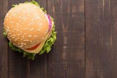 Draufsicht bbq-Hamburger auf dem hölzernen Hintergrund Lizenzfreies Stockfoto